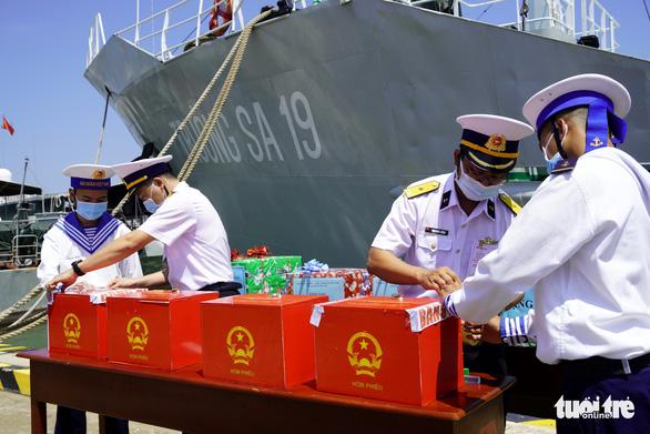 Tàu hải quân chở phiếu bầu cử ra vùng biển chủ quyền - Ảnh 2.
