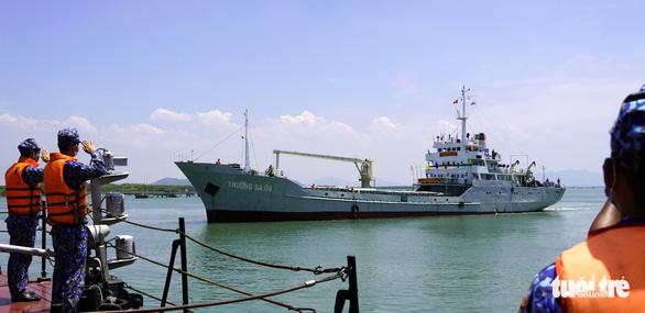 Tàu hải quân chở phiếu bầu cử ra vùng biển chủ quyền - Ảnh 4.