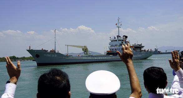 Tàu hải quân chở phiếu bầu cử ra vùng biển chủ quyền - Ảnh 5.