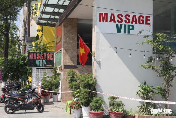 Nữ nhân viên khu vực massage khách sạn Phú An dương tính lần 1, ráo riết truy vết người tiếp xúc - Ảnh 1.