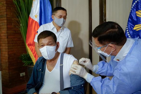 Ông Duterte đòi trả lại vắc xin Sinopharm do Trung Quốc tài trợ - Ảnh 1.