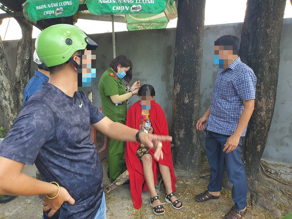 Mất 4 tiếng giải cứu cô gái ngồi trên ngọn cột điện cao thế cao khoảng 100m - Ảnh 6.