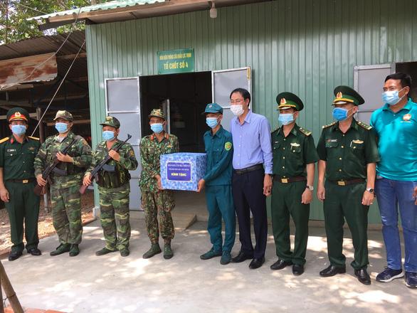 TP.HCM hỗ trợ 5,6 tỉ đồng cho các tỉnh biên giới chống dịch - Ảnh 2.