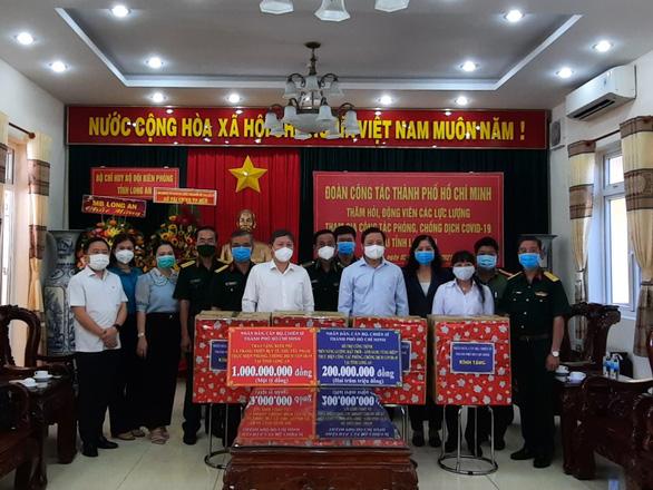 TP.HCM hỗ trợ 5,6 tỉ đồng cho các tỉnh biên giới chống dịch - Ảnh 1.