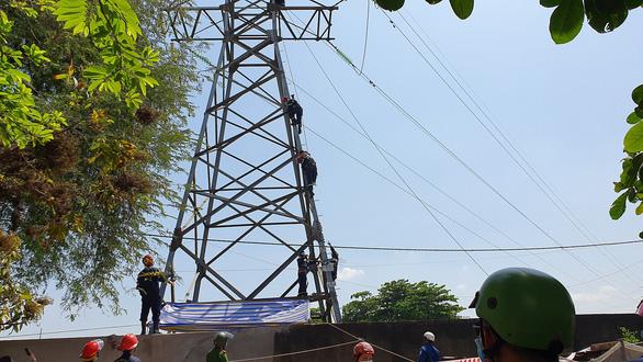 Mất 4 tiếng giải cứu cô gái ngồi trên ngọn cột điện cao thế cao khoảng 100m - Ảnh 5.