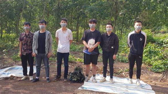Biên phòng Bình Phước lại bắt nhóm người Trung Quốc đang vượt biên sang Campuchia - Ảnh 1.