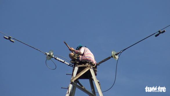 Mất 4 tiếng giải cứu cô gái ngồi trên ngọn cột điện cao thế cao khoảng 100m - Ảnh 3.