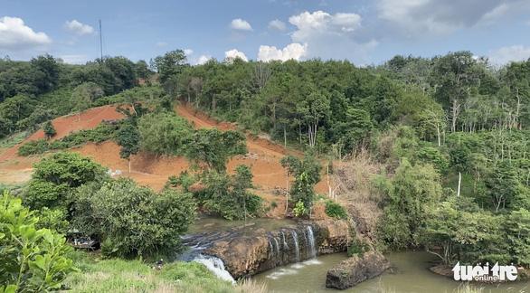Lại san lấp đất nông nghiệp vì có view nhìn xuống... thác nước - Ảnh 3.