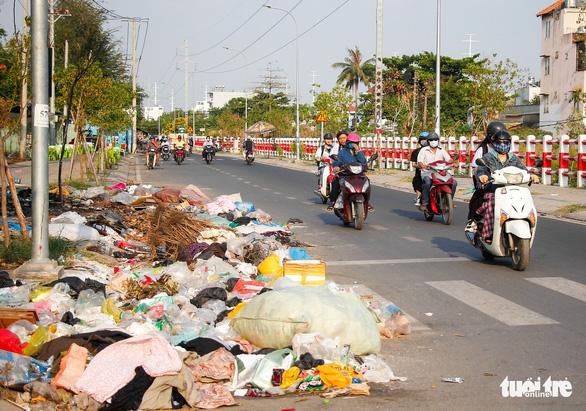 Đường Sài Gòn đâu phải bãi rác, rác ở đâu cứ mọc ra đống đống? - Ảnh 2.
