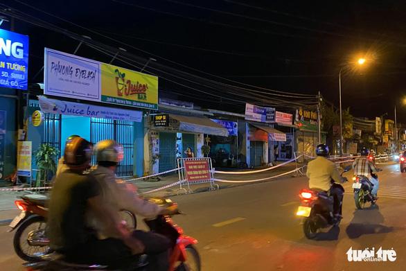 Phong tỏa đoạn đường trước nhà ca dương tính COVID-19 ở Long Khánh 21 ngày - Ảnh 1.