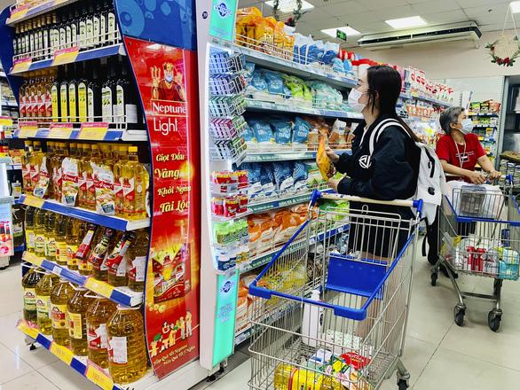 Nhiều doanh nghiệp vừa và nhỏ chen chân vào siêu thị - Ảnh 2.