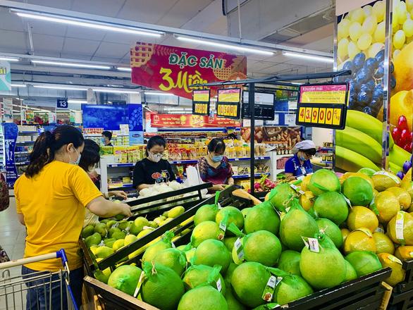 Nhiều doanh nghiệp vừa và nhỏ chen chân vào siêu thị - Ảnh 1.