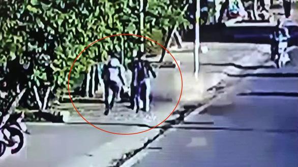 Xử lý 2 người đàn ông hành hung nữ lao công - Ảnh 1.