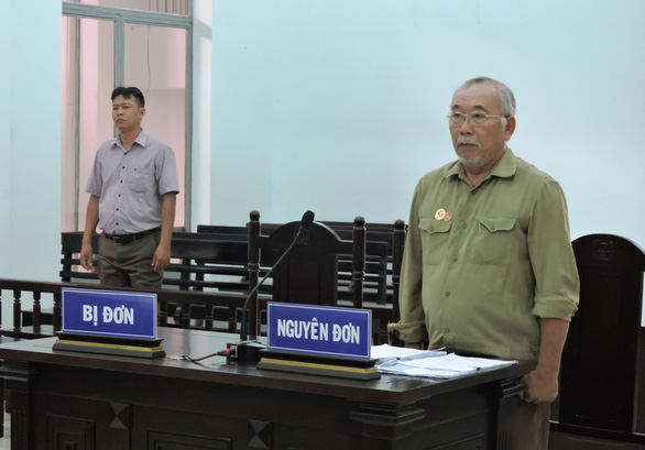 Dân kiện chủ tịch tỉnh, chủ tịch tỉnh không dự tòa vì lý do công tác - Ảnh 1.