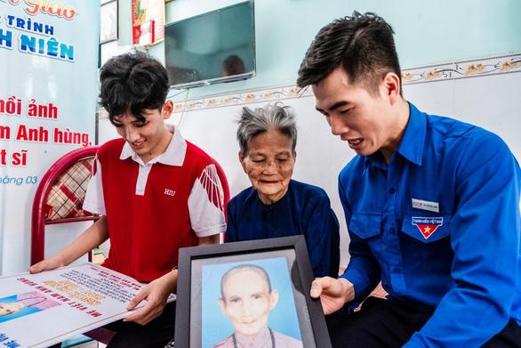 Sinh viên phục hồi 20 di ảnh Mẹ Việt Nam anh hùng, liệt sĩ - Ảnh 1.