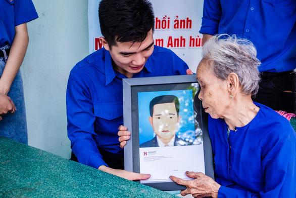 Sinh viên phục hồi 20 di ảnh Mẹ Việt Nam anh hùng, liệt sĩ - Ảnh 2.