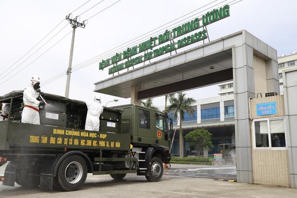 15 xe đặc chủng phun khử trùng tiêu độc tại Bệnh viện Bệnh nhiệt đới trung ương - Ảnh 1.