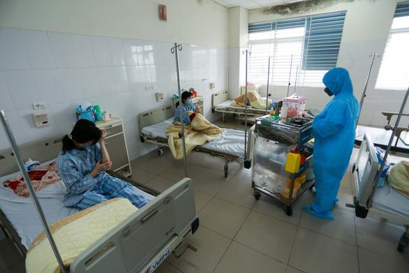 Thêm một ca COVID-19 ở Bệnh viện Bệnh nhiệt đới trung ương từng đi đám cưới nhà hàng - Ảnh 1.