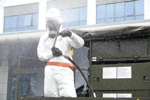 15 xe đặc chủng phun khử trùng tiêu độc tại Bệnh viện Bệnh nhiệt đới trung ương - Ảnh 3.