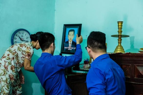 Sinh viên phục hồi 20 di ảnh Mẹ Việt Nam anh hùng, liệt sĩ - Ảnh 4.
