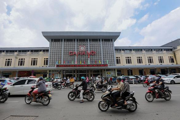 Tạm dừng chạy tàu từ Hà Nội đi Lào Cai, giảm tàu đi Hải Phòng, Vinh - Ảnh 1.