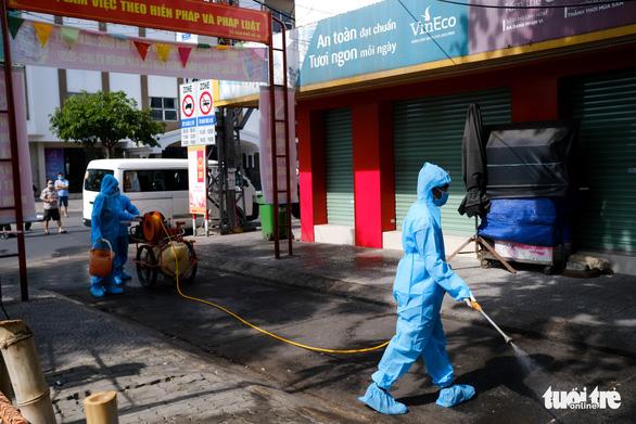 Quân đội phun hóa chất sát khuẩn quanh vũ trường New Phương Đông, Đà Nẵng - Ảnh 4.