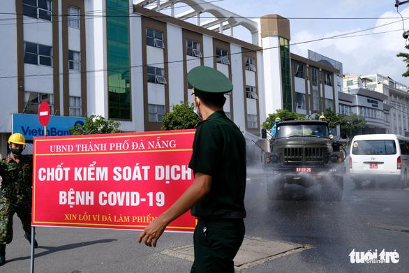 Quân đội phun hóa chất sát khuẩn quanh vũ trường New Phương Đông, Đà Nẵng - Ảnh 1.