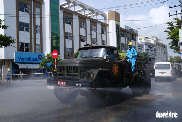 Quân đội phun hóa chất sát khuẩn quanh vũ trường New Phương Đông, Đà Nẵng - Ảnh 2.