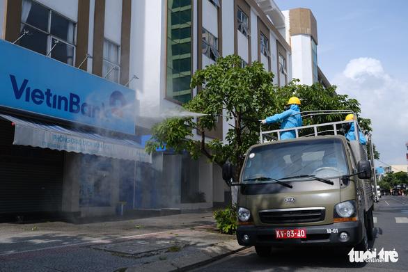 Quân đội phun hóa chất sát khuẩn quanh vũ trường New Phương Đông, Đà Nẵng - Ảnh 3.