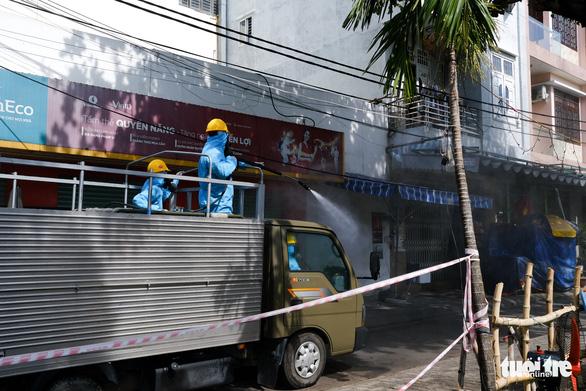 Quân đội phun hóa chất sát khuẩn quanh vũ trường New Phương Đông, Đà Nẵng - Ảnh 5.