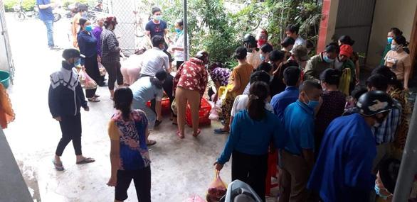 Hoãn cưới để chống dịch COVID-19, hàng xóm chung tay giải cứu mua lại 150 mâm cỗ - Ảnh 1.