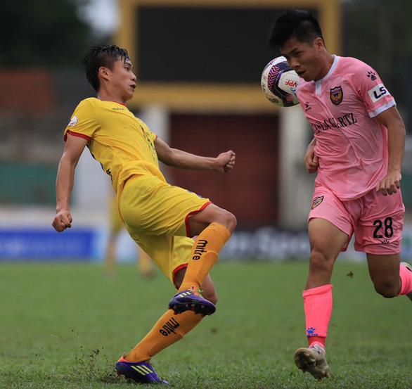 Cầu thủ Sông Lam Nghệ An tiếp xúc với F1, cả vòng 13 V-League phải dừng - Ảnh 1.
