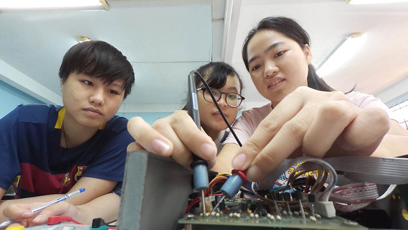 Nhiều ưu đãi, vẫn ít nữ sinh theo ngành kỹ thuật - Ảnh 1.
