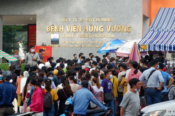Phần mềm khai báo y tế lỗi, bệnh nhân dồn ứ trước cổng bệnh viện Hùng Vương - Ảnh 1.