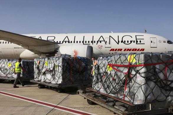 Hàng cứu trợ quốc tế liên tiếp tới Ấn Độ trong lúc ca bệnh tăng kỷ lục - Ảnh 4.