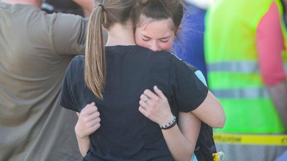 Nữ sinh lớp 6 lấy súng trong balô bắn nhiều phát tại trường học Mỹ - Ảnh 1.