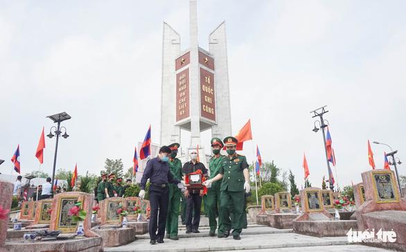An táng 106 liệt sĩ quân tình nguyện hi sinh tại Lào - Ảnh 3.