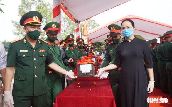 An táng 106 liệt sĩ quân tình nguyện hi sinh tại Lào - Ảnh 2.