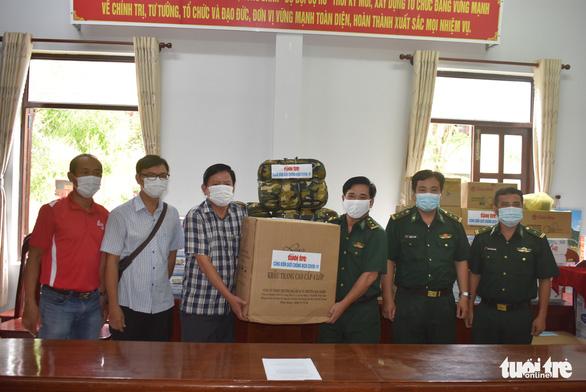 Báo Tuổi Trẻ tặng quà phòng chống dịch COVID-19 cho Biên phòng An Giang - Ảnh 2.
