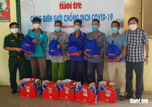 Báo Tuổi Trẻ tặng quà phòng chống dịch COVID-19 cho Biên phòng An Giang - Ảnh 3.