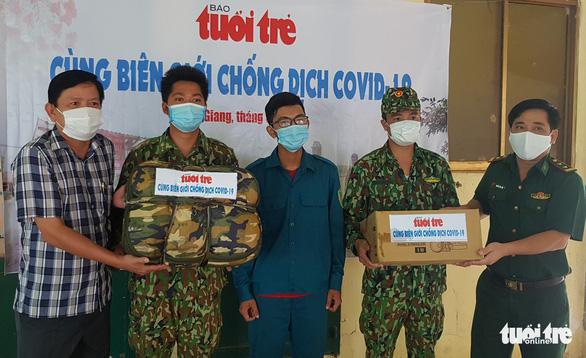 Báo Tuổi Trẻ tặng quà phòng chống dịch COVID-19 cho Biên phòng An Giang - Ảnh 1.