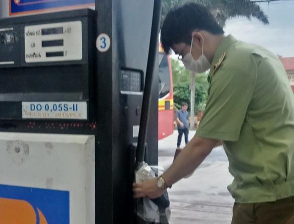 Phát hiện một cửa hàng xăng dầu Petrolimex bán dầu diesel chứa tạp chất - Ảnh 1.