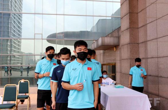 Đội tuyển Việt Nam xét nghiệm COVID-19, nội bất xuất ngoại bất nhập - Ảnh 2.
