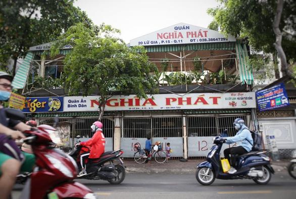 TP.HCM đóng cửa một quán ăn ở quận 11, cách ly 14 người - Ảnh 1.