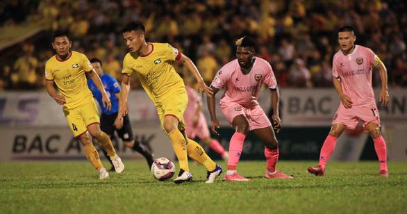 Hệ thống giải bóng đá Việt Nam: Tê liệt vì COVID-19 - Ảnh 1.