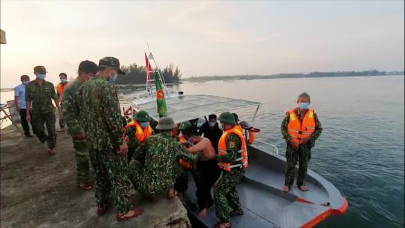 Tàu hàng đụng chìm tàu cá rồi bỏ đi, mặc 3 ngư dân nhảy xuống biển cầu cứu - Ảnh 1.