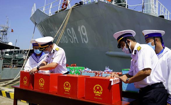 Hai tàu Trường Sa chở phiếu bầu cử đại biểu Quốc hội đến với các chiến sĩ nhà giàn DK1 - Ảnh 1.