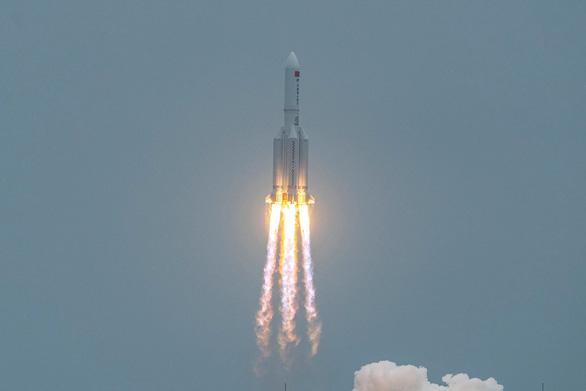 Mảnh vỡ tên lửa sắp rơi xuống Trái đất, Trung Quốc nói khả năng gây hại cực thấp - Ảnh 2.