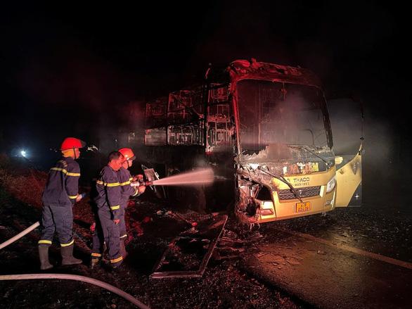 Xe giường nằm cháy rụi lúc rạng sáng, hành khách đang ngủ may mắn thoát chết - Ảnh 2.