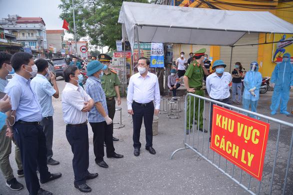 Phó chủ tịch Hà Nội yêu cầu các địa phương hỗ trợ kịp thời người dân vùng cách ly - Ảnh 1.